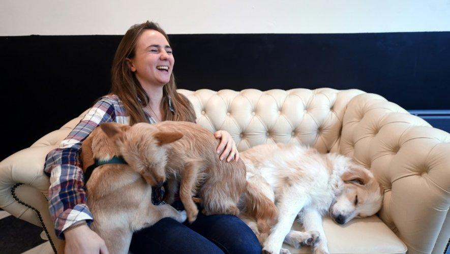 """Ophélie Poillon avec trois des neuf chiens qu'abrite """"le Waf"""", son bar à chiens lillois, le 9 décembre 2016"""