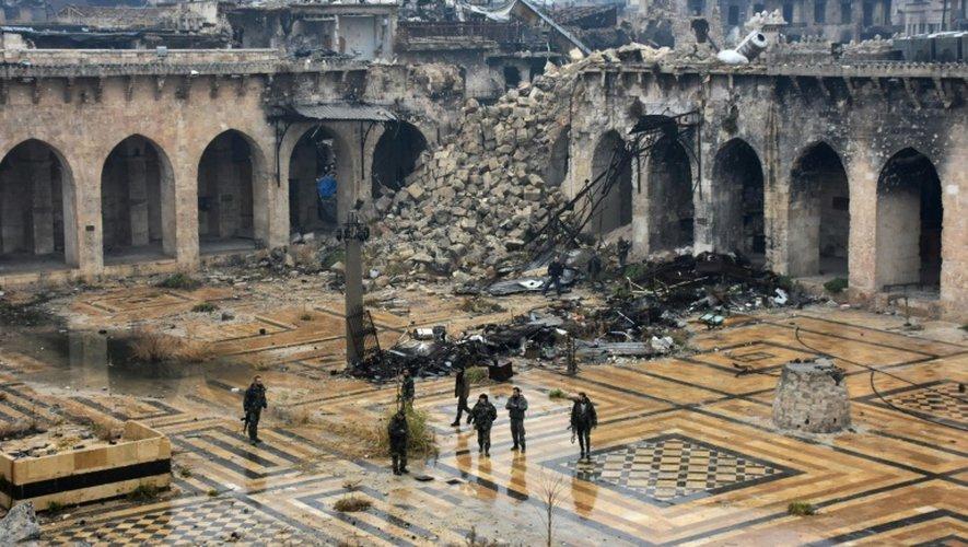 Des forces progouvernementales syriennes dans la Mosquée des Omeyyades d'Alep, le 13 décembre 2016
