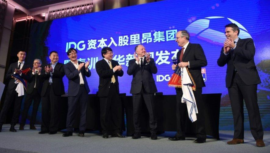 Le Chinois Li Jianguang (4g), un des dirigeants d'IDG Capital lors de la cérémonie après la signature du partenariat avec l'OL, le 13 décembre 2016 à Pékin