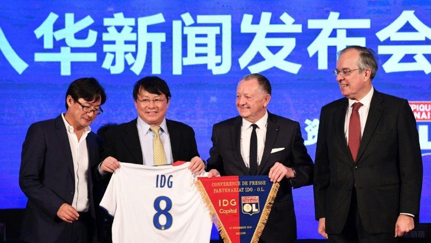 Le président de l'OL Jean-Michel Aulas (2d) après la signature du partenariat avec les Chinois d'IDG Capital, le 13 décembre 2016 à Pékin
