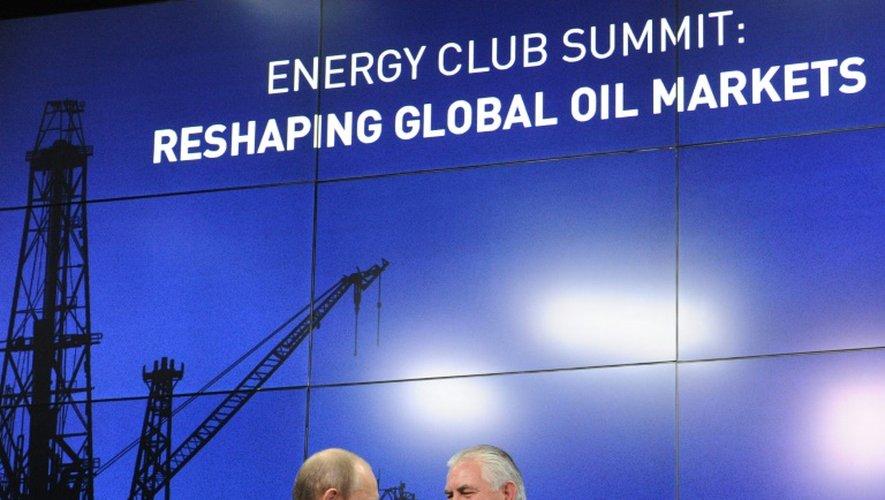 Le président russe Vladimir Poutine (g) et le PDG d'ExxonMobil Rex Tillerson à Saint-Pétersbourg, en Russie, le 21 juin 2013