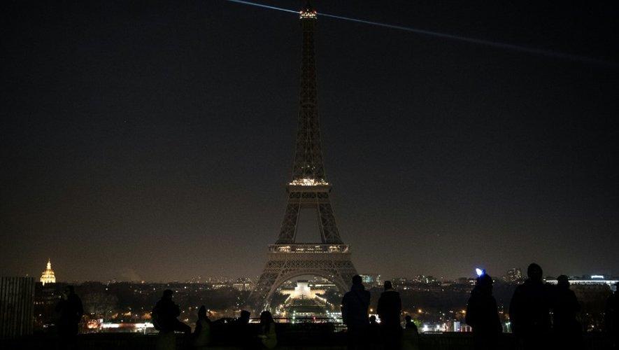 Les lumières de la Tour Eiffel exceptionnellement éteintes en soutien à la ville syrienne d'Alep, le 14 décembre 2016 à Paris