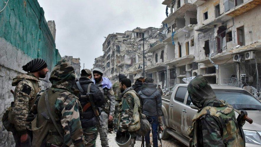 Des forces du régime syrien avancent dans le quartier de Jisr al-Haj à Alep pour reprendre les zones détenues par les rebelles, le 14 décembre 2016