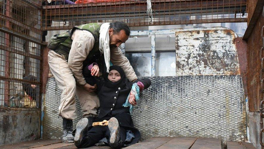 Une Syrienne blessée du quartier d'Al-Sukari à Alep, le 14 décembre 2016