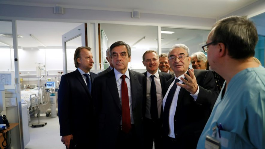 Francois Fillon (g) lors d'une visite de la clinique Marie Lannelongue au Plessis-Robinson, le 14 décembre 2016