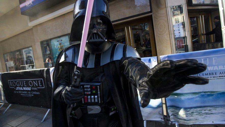Un homme déguisé en Dark Vador, personnage de la saga Stra Wars, devant le cinéma Le Grand Rex à Paris, le 14 décembre 2016