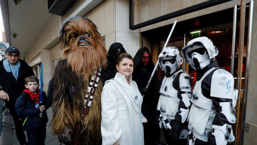 Des spectateurs déguisés en personnages de Star Wars font la queue devant le cinéma Le Grand Rex à Paris, le 14 décembre 2016