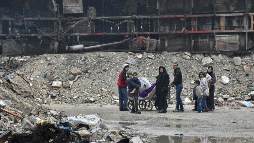 Des syriens quittent le quartier Bustan al-Qasr d'Alep, le 13 décembre 2016