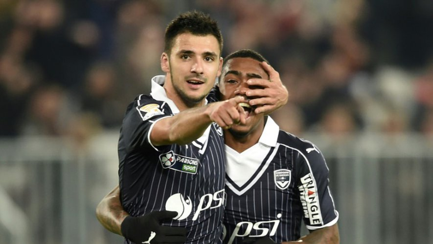 L'attaquant de Bordeaux Gaëtan Laborde (g), auteur d'un doublé face Nice en Coupe de la Ligue, et son coéquipier Malcom se congratulent au Matmut Atlantique, le 14 décembre 2016
