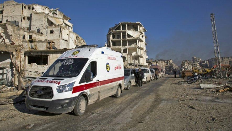 Des Syriens blessés et leurs familles sont rassemblés, le 15 décembre 2016 dans le quartier d'al-Amiriyah pour être évacués vers le sud d'Alep, zone contrôlée par le régime