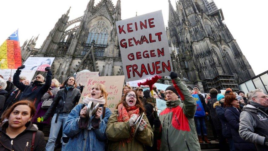 """""""Pas de violence contre les femmes"""", lit-on sur une pancarte lors d'une manifestation devant la cathédrale de Cologne dénonçant les agressions sexuelles commises contre des femmes dans une foule de migrants pendant le Nouvel An"""