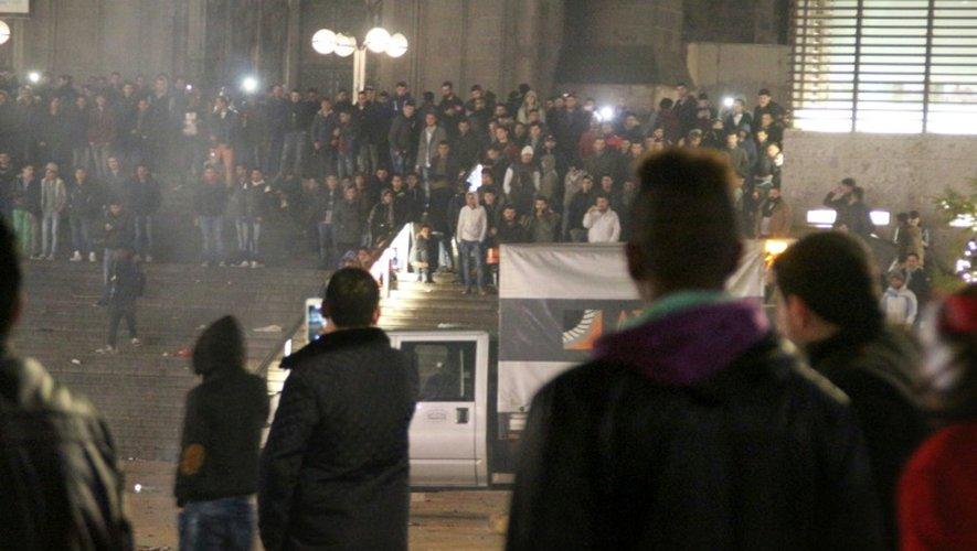 Des gens réunis devant la gare centrale de Cologne le 31 décembre 2015, quand la police a reçu des centaines de plaintes de femmes pour agressions sexuelles commises près de la gare et de la cathédrale