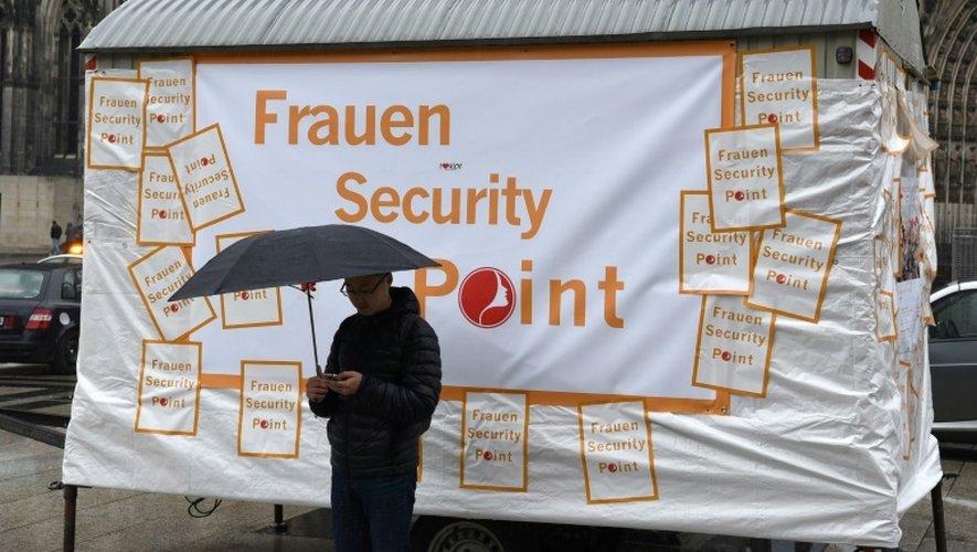 """Un """"point de sécurité pour les femmes"""" mis en place devant la cathédrale de Cologne pendant le festival le 4 février 2016"""