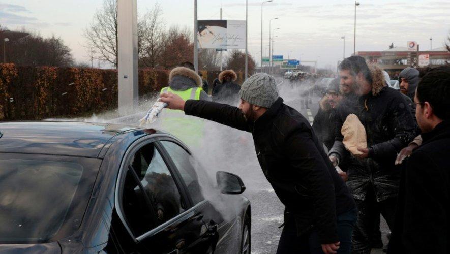 Du lait déversé sur un véhicule lors du blocage de l'accès à l'aéroport Charles de Gaulle par des chauffeurs de VTC le 16 décembre 2016 à Roissy-en-France