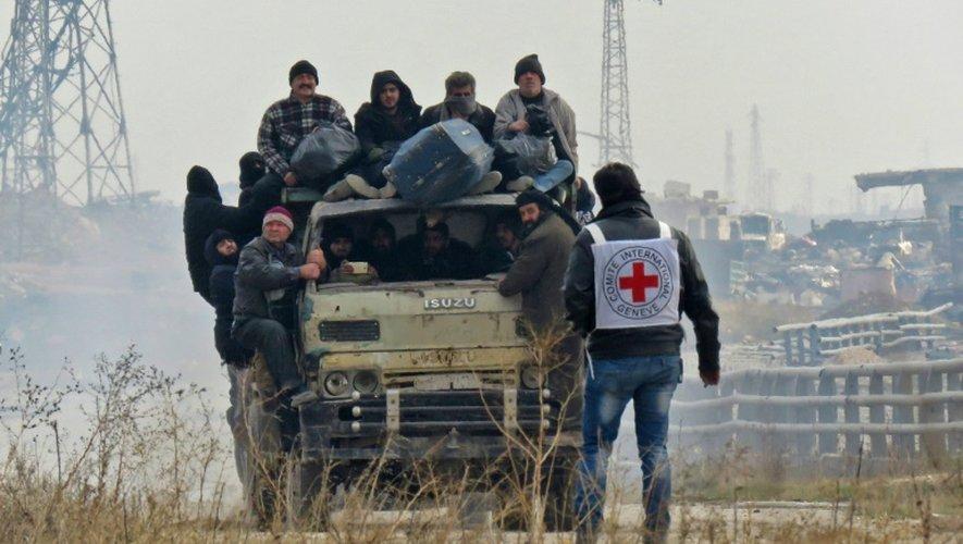 Des civils évacués des districts rebelles d'Alep, en Syrie, le 16 décembre 2016