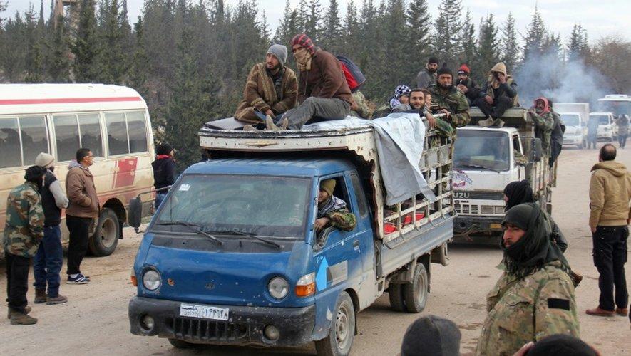 Rebelles et civils sont évacués des quartiers est d'Alep le 16 décembre 2016 vers la région de Khan al-Aassal (ouest d'Alep)