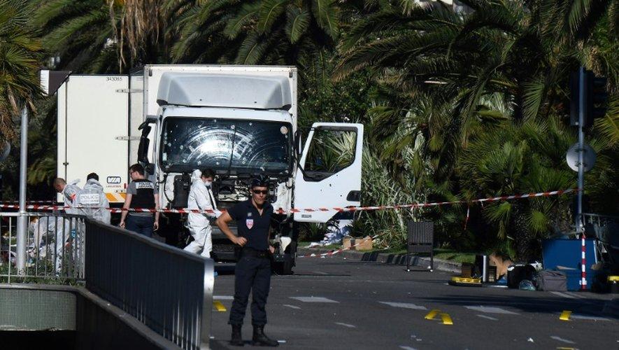 Policiers et experts devant le camion utilisé pour l'attentat sur la Promenade des Anglais, le 15 juillet 2016 à Nice