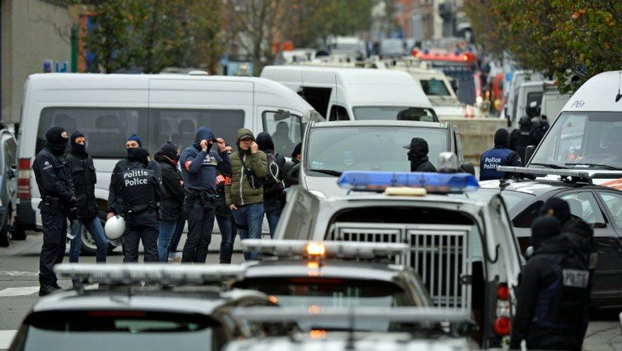 Le quartier de Molenbeek bouclé par les forces de l'ordre le 16 novembre 2015 à Bruxelles pour la chasse aux jihadistes
