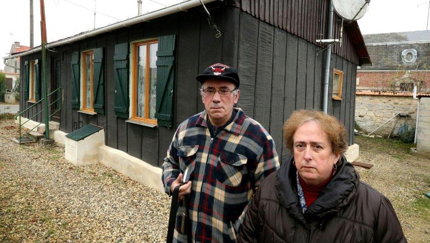 Alain et Jocelyne Pelletier devant leur maisonnette de Pont-Arcy, près du Chemin des Dames, dans le nord-est de la France, le 2 décembre 2016