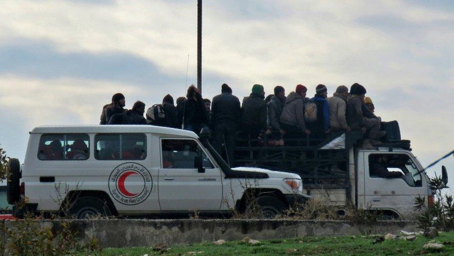 Des civils évacués des quartiers rebelles d'Alep, en Syrie, le 16 décembre 2016