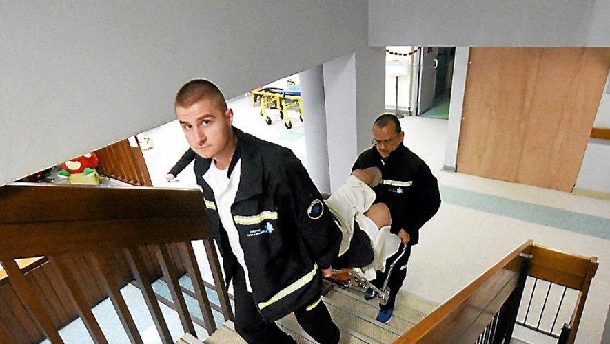 Les ambulanciers sont obligés de porter les patients à travers les étages. Depuis quelques jours, les ascenseurs ont été condamnés par des panneaux de bois.