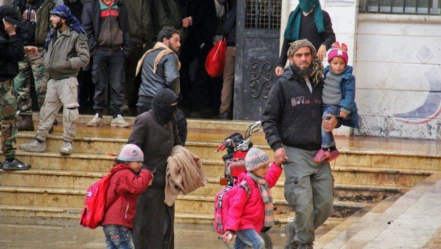 Des rebelles syriens et leurs familles arrivent dans le nord de la province d'Idleb, évacués des zones contrôlées par les rebelles près de Damas, le 2 décembre 2016