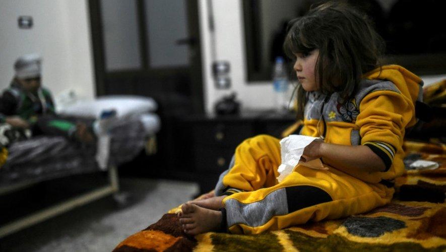 Une fillette syrienne, évacuée d'Alep, soignée le 16 décembre 2016 à l'hôpital de Bab al-Hawa, à quatre kilomètres de la frontière turque en Syrie