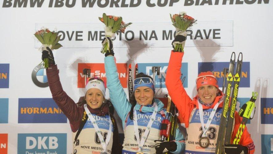 Tatiana Akimova victorieuse du 7,5 km sprint de Nové Mesto, entourée d'Anaïs Chevalier (g) et de Susan Duklee, le 16 décembre 2016