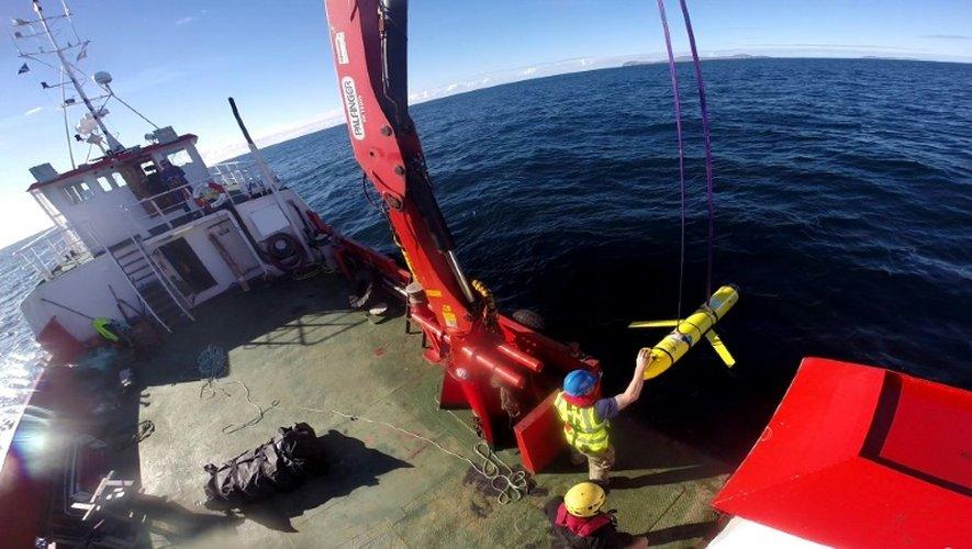 Photo non datée fournie par la Navy montrant une équipe à bord d'un navire océanographique, au large de l'Ecosse, sortant de l'eau une sonde similaire à celle saisie par la Chine jeudi soir en mer de Chine méridionale