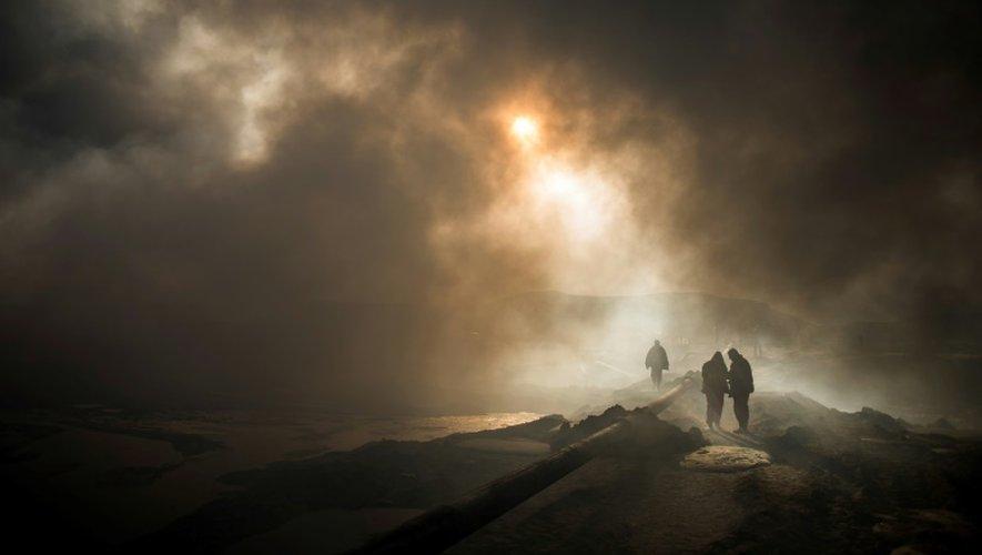 Des pompiers luttent contre le feu dans les puits de pétrole à Al Qayyarah, en Irak, le 20 novembre 2016