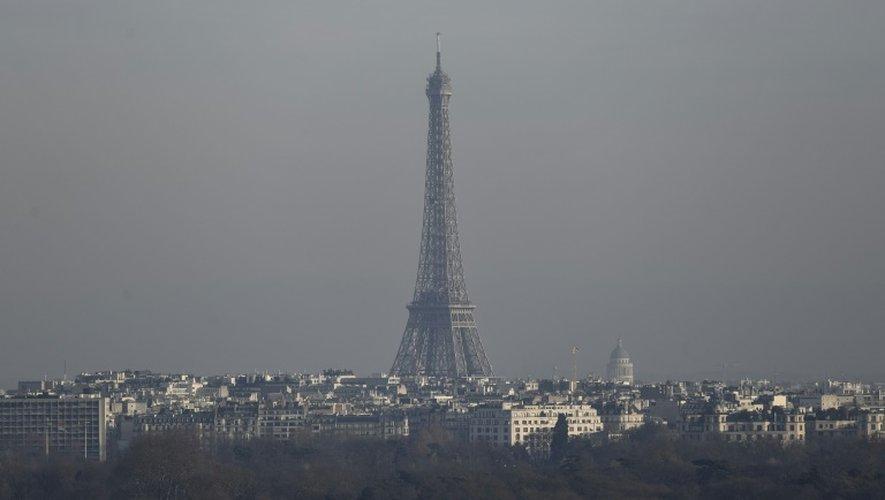 La Tour Eiffel est entourée d'un halo de pollution, le 16 décembre 2016