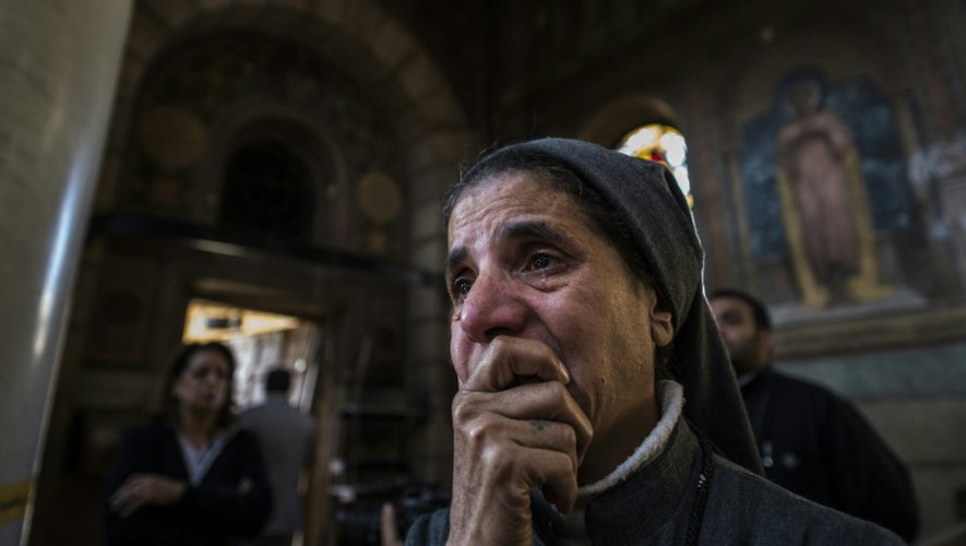 Une nonne en larmes, le 11 décembre 2016 sur les lieux de l'attentat ayant visé une église copte du Caire