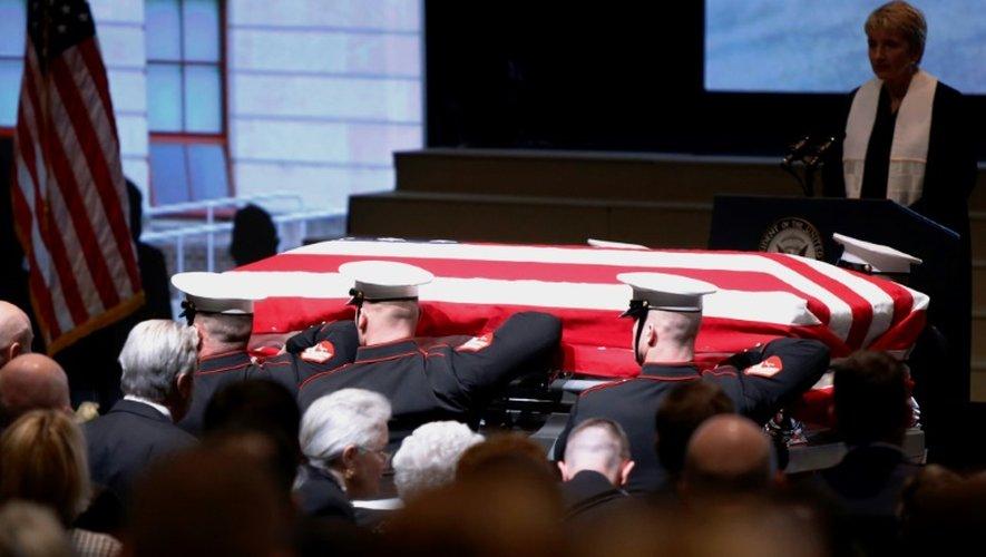 Des Marines portent le cercueil l'ancien astronaute John Glenn lors d'une cérémonie publique, le 17 décembre 2016 à Columbus (Ohio)