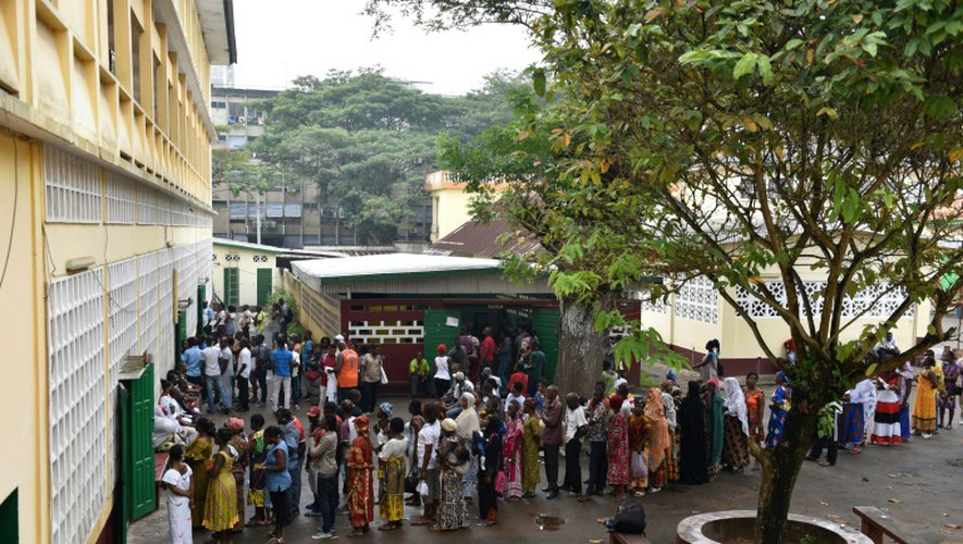 File d'attente devant un bureau de vote le 18 décembre 2016 à Abidjan