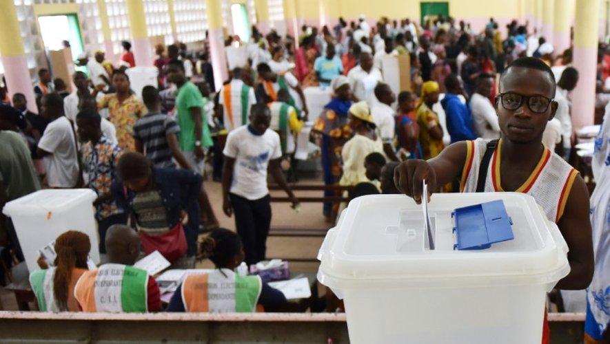 Un électeur dépose son bulletin dans l'urne le 18 décembre 2016 à Abidjan