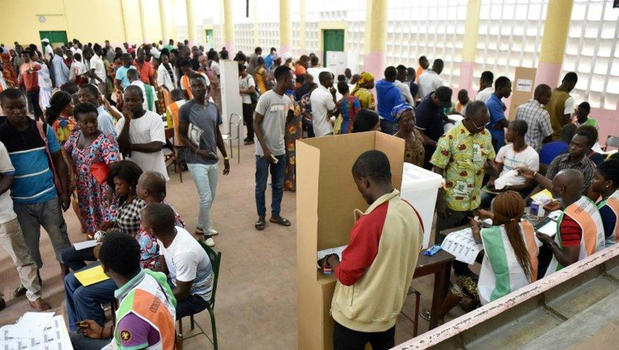 Des électeurs dans un bureau de vote le 18 décembre 2016 à Abidjan