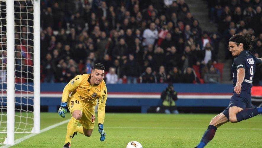 Le gardien de Nice Yohan Cardinale (g) tente d'arrêter la frappe de l'attaquant du PSG Edinson Cavani au Parc des Princes, le 11 décembre 2016