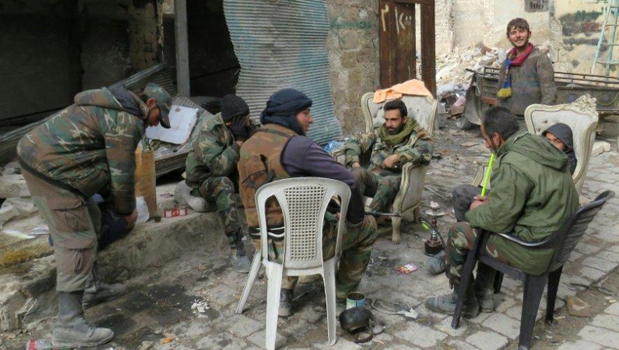 Des soldats du régime syrien le 17 décembre 2016 dans la vieille ville d'Alep