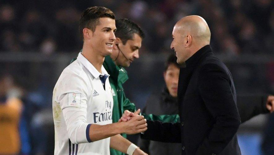 L'entraîneur du Real  Zidane (d) félicite Ronaldo, auteur d'un triplé, face aux Japonais de Kashima Antlers en finale du Mondial des clubs, le 18 décembre 2016 à Yokohama