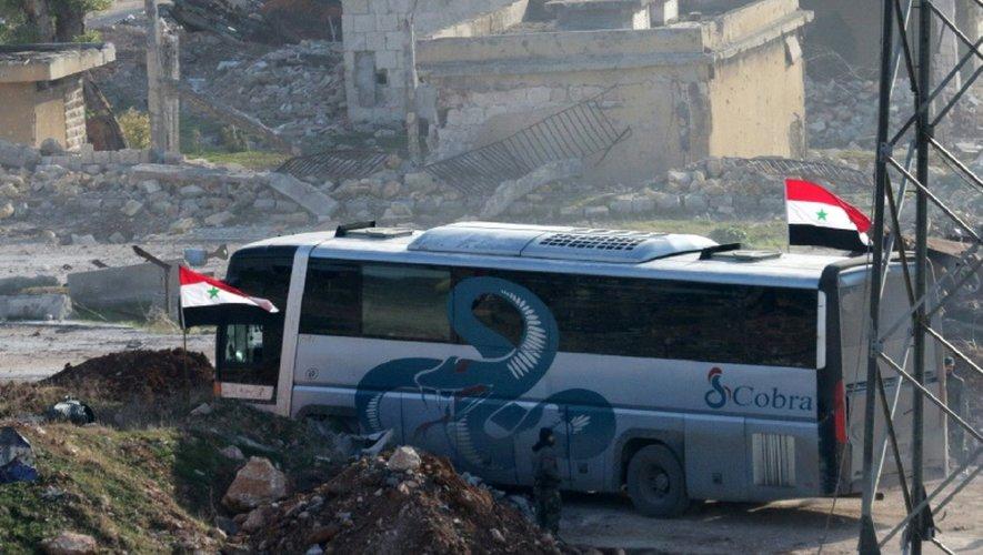 Un bus au passage de Ramoussa, sous contrôle des forces gouvernementales syriennes dans le sud d'Alep, le 18 décembre 2016 dans le cadre d'une opération d'évacuation de civils et de soldats rebelles