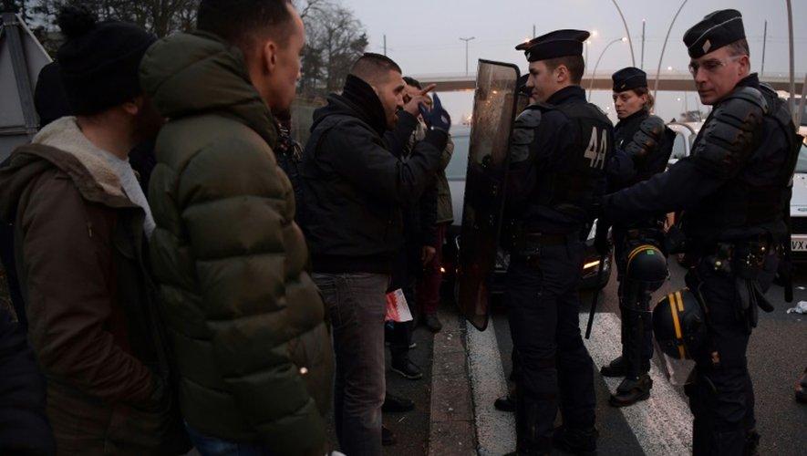 Des chauffeurs Uber ou de VTC parlent à des CRS près de l'aéroport d'Orly, le 17 décembre 2016