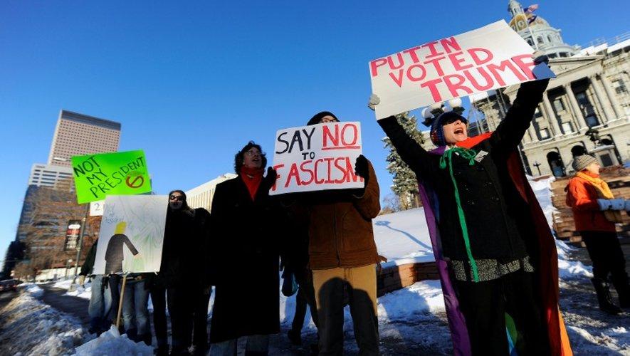 Manifestants devant le bâtiment du Congrès du Colorado à Denver, le 18 décembre 2016 pour dénoncer l'élection de Trump