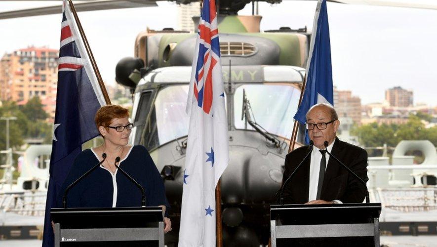 La ministre australienne de la Défense, Marise Payne et son homologue français, Jean-Yves Le Drian, lors d'une conférence de presse le 19 décembre 2016 à Sydney