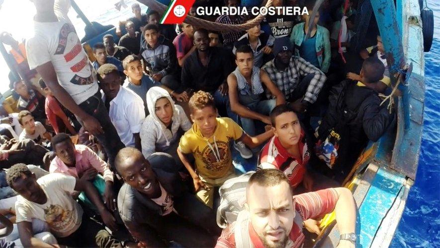 Capture d'écran d'une video fournie le 30 août 2016 par les gardes-cotes italiens du sauvetage d'un bateau de migrants en Méditerrannée