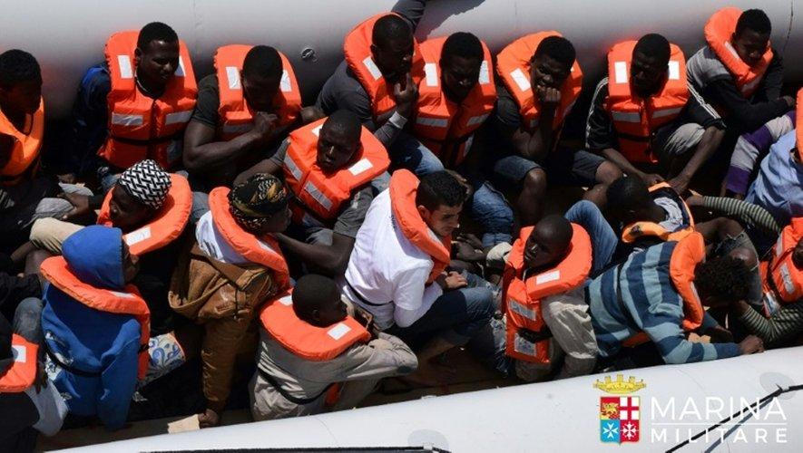 Photo fournie le 23 juin 2016 par la marine italienne d'une opération de sauvetage de migrants en Méditerrannée au large de la Libye