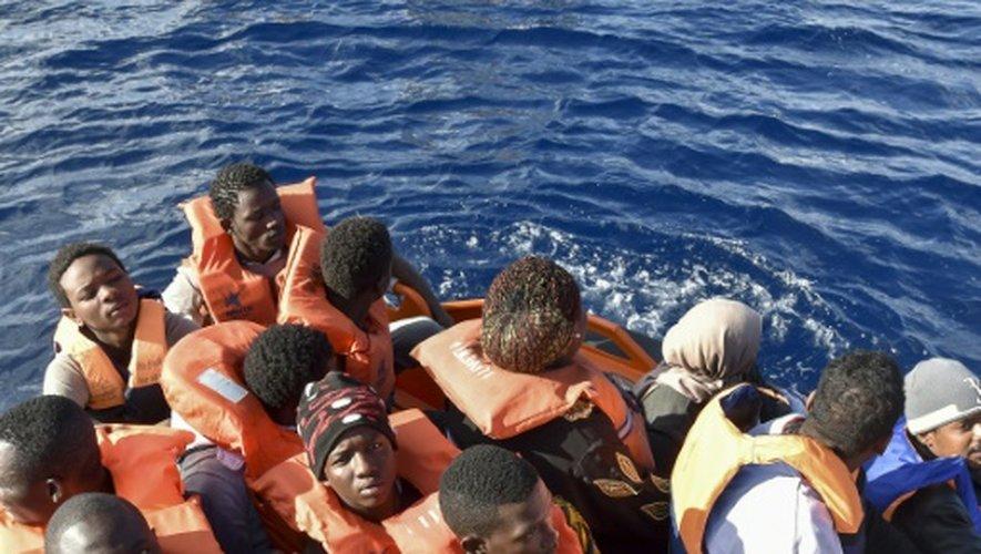 Des migrants secourus par des gardes-cotes libyens et la Croix Rouge italienne le 4 novembre 2016 en Méditerranée au large de la Libye