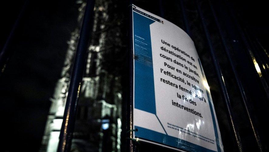 """Une affiche prévient qu'""""une opération de dératisation est en cours"""" au square de la tour Saint Jacques à Paris, le 15 décembre 2016"""