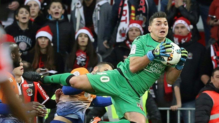 Le gardien de Nice Yoan Cardinale bloque le ballon face aux Dijonnais à l'Allianz Riviera, le 18 décembre 2016