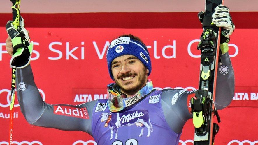 La joie du Français Cyprien Sarrazin sur le podium après sa victoire en slalom géant parallèle à Alta Badia, le 19 décembre 2016
