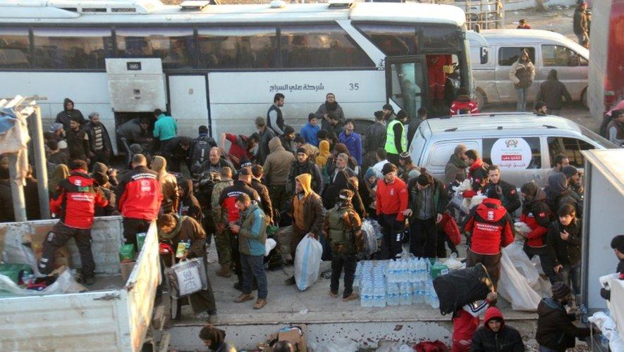 Des Syriens évacués de la dernière poche tenue par des rebelles à Alep, arrivent le 19 décembre 2016, dans une région située à l'ouest de l'ex-capitale économique de la Syrie et contrôlée par l'opposition anti-Assad